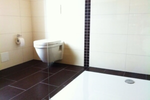 badkamer met wandhangend toilet