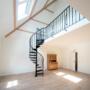 Door middel van een trap bereik je de galerij op zolder.