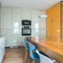 Een gezellige eetkamer op een rustige plek.