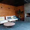 overdekte en verwarmde loungeplek met open hard