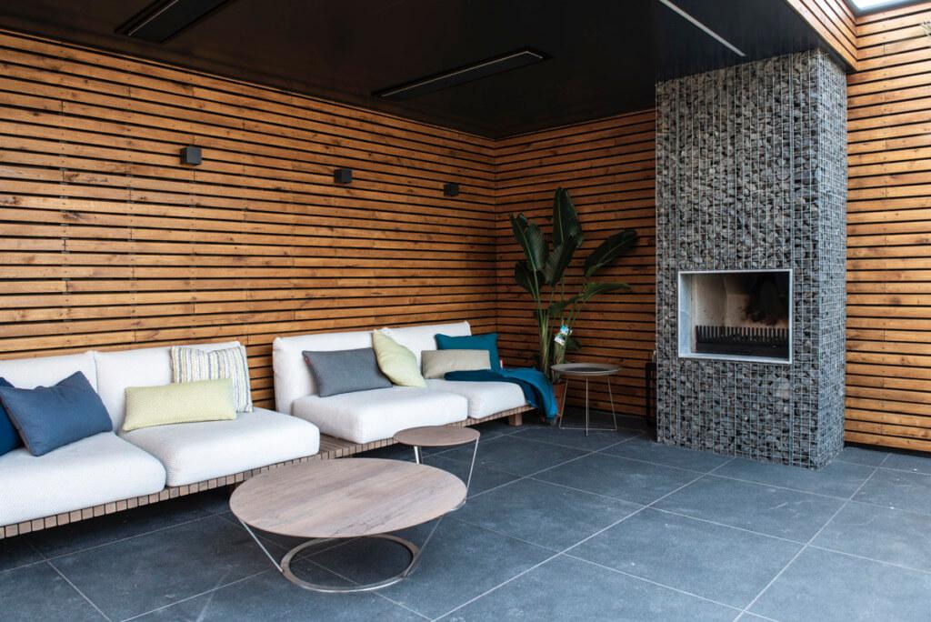 De loungeplek van de verbouwing van een nieuw huis