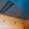 De terrasstralers zijn in het plafond ingebouwd.